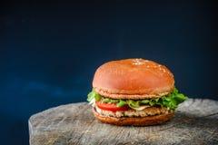在一张木桌上的开胃自创汉堡 免版税图库摄影