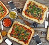 在一张木桌上的开胃自创薄饼 友好的宴餐在家 免版税图库摄影