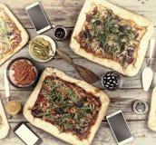在一张木桌上的开胃自创薄饼 友好的宴餐在家 图库摄影