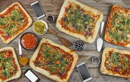 在一张木桌上的开胃自创薄饼 友好的宴餐在家 免版税库存图片