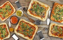 在一张木桌上的开胃自创薄饼 土气样式友好的宴餐在家 库存图片