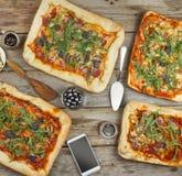 在一张木桌上的开胃自创薄饼 土气样式友好的宴餐在家 免版税库存图片