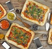 在一张木桌上的开胃自创薄饼 土气样式友好的宴餐在家 免版税库存照片