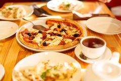 在一张木桌上的开胃薄饼在咖啡馆 里面 图库摄影