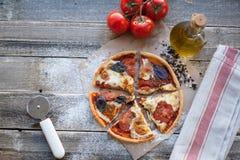 在一张木桌上的开胃薄饼玛格丽塔酒在白天 豆黄瓜断送素食新鲜的油煎的骨髓的蕃茄 顶视图 库存照片