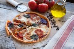 在一张木桌上的开胃薄饼玛格丽塔酒在白天 豆黄瓜断送素食新鲜的油煎的骨髓的蕃茄 顶视图 图库摄影