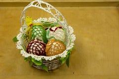 在一张木桌上的手工制造复活节篮子 免版税图库摄影