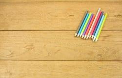 在一张木桌上的抽象颜色铅笔 免版税库存照片