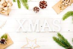 在一张木桌上的新年构成 抽象空白背景圣诞节黑暗的装饰设计模式红色的星形 平的位置 顶视图 免版税库存图片