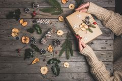 在一张木桌上的新年构成 抽象空白背景圣诞节黑暗的装饰设计模式红色的星形 平的位置 顶视图 库存照片