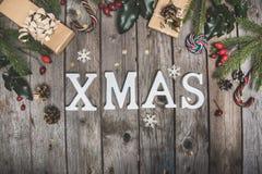 在一张木桌上的新年构成 抽象空白背景圣诞节黑暗的装饰设计模式红色的星形 平的位置 顶视图 免版税图库摄影