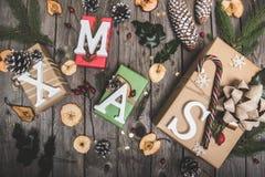 在一张木桌上的新年构成 抽象空白背景圣诞节黑暗的装饰设计模式红色的星形 平的位置 顶视图 图库摄影