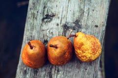 在一张木桌上的新梨谎言 图库摄影