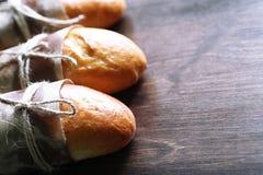 在一张木桌上的新近地被烘烤的法国长方形宝石 免版税库存照片