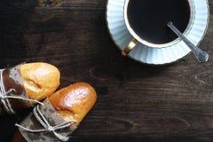在一张木桌上的新近地被烘烤的法国长方形宝石 图库摄影