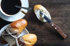 在一张木桌上的新近地被烘烤的法国长方形宝石 免版税图库摄影