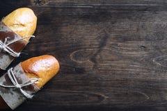在一张木桌上的新近地被烘烤的法国长方形宝石 免版税库存图片