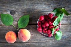 在一张木桌上的新鲜水果 库存照片