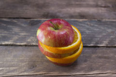 在一张木桌上的新鲜的成熟果子 免版税图库摄影