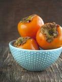 在一张木桌上的新鲜的成熟柿子。选择聚焦 免版税库存照片
