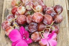 在一张木桌上的新鲜的葡萄 库存照片