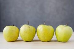 在一张木桌上的新鲜的黄色苹果 库存照片