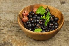 在一张木桌上的新鲜的黑醋栗 健康果子,有很多维生素和抗氧剂 健康的食物 免版税库存图片