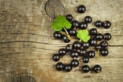 在一张木桌上的新鲜的黑醋栗 健康果子,有很多维生素和抗氧剂 健康的食物 库存图片
