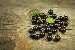 在一张木桌上的新鲜的黑醋栗 健康果子,有很多维生素和抗氧剂 健康的食物 库存照片