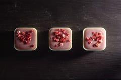 在一张木桌上的方形的形状的草莓糖果 免版税库存图片