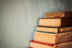在一张木桌上的旧书 减速火箭的被过滤的图象 图库摄影