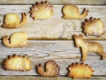 在一张木桌上的曲奇饼 免版税库存图片