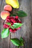 在一张木桌上的有机果子 免版税库存照片