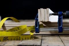 在一张木桌上的木匠业工具在一个老木匠业车间 库存图片
