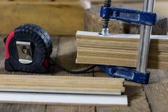 在一张木桌上的木匠业工具在一个老木匠业车间 库存照片