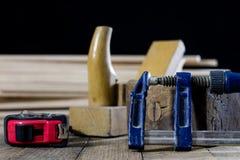 在一张木桌上的木匠业工具在一个老木匠业车间 免版税库存照片