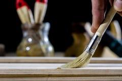 在一张木桌上的木匠业工具在一个老木匠业车间 免版税图库摄影