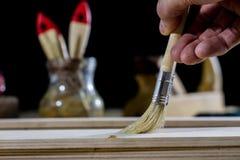 在一张木桌上的木匠业工具在一个老木匠业车间 免版税库存图片