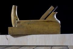 在一张木桌上的木匠业工具在一个老木匠业车间 图库摄影