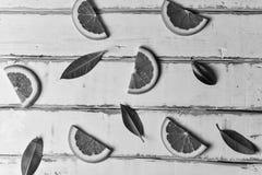 在一张木桌上的橙色切片 免版税库存图片