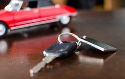 在一张木桌上的汽车钥匙 免版税图库摄影
