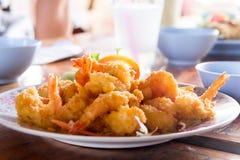 在一张木桌上的油煎的大虾球 免版税图库摄影