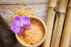 在一张木桌上的温泉背景与竹子、腌制槽用食盐和一块软的毛巾 免版税库存图片