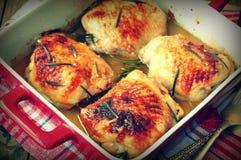 在一张木桌上的烤鸡大腿 选择聚焦 图象被设色 免版税库存图片
