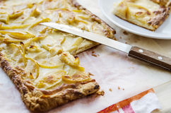 在一张木桌上的热的新鲜的片状苹果饼 库存图片