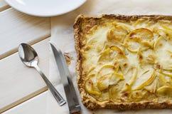 在一张木桌上的热的新鲜的片状苹果饼 免版税图库摄影