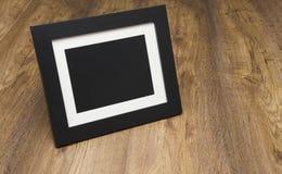 在一张木桌上的照片框架 免版税库存图片