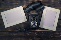 在一张木桌上的照相机中等格式 库存照片