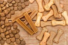 在一张木桌上的狗食 图库摄影