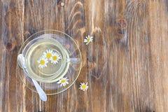 在一张木桌上的甘菊茶 库存图片